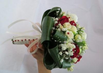 Bouquet mariage rouge et blanc rond tige perlée
